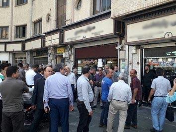 صف مردم در خیابان فردوسی برای فروش دلار