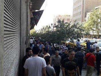 صف مردم برای فروش دلار در خیابان فردوسی